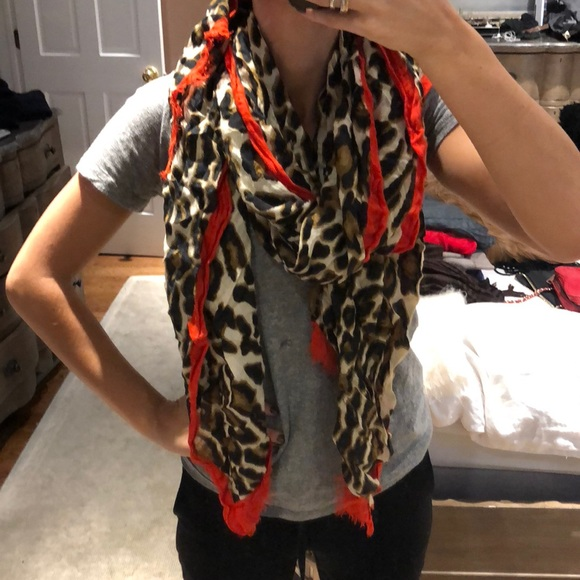 Print Leopard scarf with red trim fotos